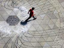 Πρόσωπο που περπατά μέσω της πηγής νερού που δροσίζει μακριά Στοκ εικόνες με δικαίωμα ελεύθερης χρήσης