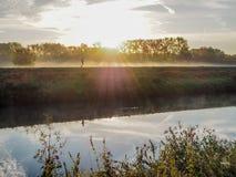 Πρόσωπο που πηγαίνει για ένα τρέξιμο κατά μήκος του ποταμού Dijle σε Muizen κατά τη διάρκεια της ανατολής στοκ φωτογραφία με δικαίωμα ελεύθερης χρήσης