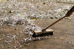 Πρόσωπο που σκουπίζει το βρώμικο πάτωμα Στοκ φωτογραφία με δικαίωμα ελεύθερης χρήσης