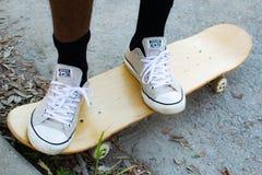 Πρόσωπο που στέκεται Skateboard πυροβοληθε'ν ακόμα στοκ εικόνα