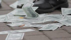 Πρόσωπο που συλλέγει τα τραπεζογραμμάτια δολαρίων από το έδαφος, εύκολα χρήματα, απάτη, απάτη απόθεμα βίντεο