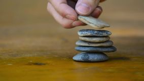 Πρόσωπο που συσσωρεύει τους βράχους για τη φαντασία και τη μεσολάβηση απόθεμα βίντεο