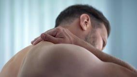 Πρόσωπο που τρίβει το λαιμό στο νοσοκομείο, που αισθάνεται το νωτιαίο πόνο, επίπονος σπασμός, ιατρική στοκ φωτογραφία με δικαίωμα ελεύθερης χρήσης