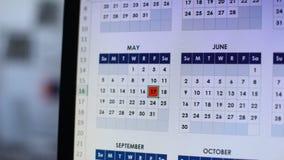 Πρόσωπο που χαρακτηρίζει την ημερομηνία στο σε απευθείας σύνδεση ημερολόγιο στον υπολογιστή με την κόκκινη, σημαντική ημέρα απόθεμα βίντεο