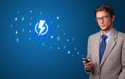 Πρόσωπο που χρησιμοποιεί το τηλέφωνο με την έννοια δύναμης στοκ εικόνες με δικαίωμα ελεύθερης χρήσης