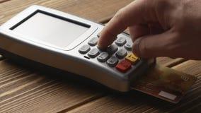 Πρόσωπο που ωθεί την πληρωμή με πιστωτική κάρτα κουμπιών και ισχυρών κτυπημάτων pos στο τερματικό απόθεμα βίντεο