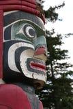 Πρόσωπο πόλων τοτέμ κόκκινο και πράσινο Στοκ Φωτογραφίες