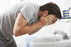 Πρόσωπο πλύσης ατόμων στην καταβόθρα λουτρών Στοκ φωτογραφία με δικαίωμα ελεύθερης χρήσης