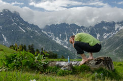 Πρόσωπο πλύσης οδοιπόρων στον ποταμό βουνών στοκ φωτογραφίες