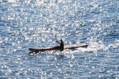 Πρόσωπο σε ένα καγιάκ στη θάλασσα Στοκ φωτογραφία με δικαίωμα ελεύθερης χρήσης