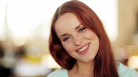 Πρόσωπο της ευτυχούς χαμογελώντας νέας γυναίκας φιλμ μικρού μήκους