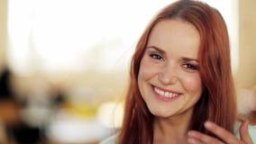Πρόσωπο της ευτυχούς χαμογελώντας νέας γυναίκας απόθεμα βίντεο