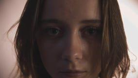 Πρόσωπο της νέας ενήλικης γυναίκας στην εστίαση σκιάς στα μάτια φιλμ μικρού μήκους