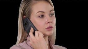 Πρόσωπο της νέας εύθυμης επιχειρηματία που μιλά στο κινητό τηλέφωνο, άλφα κανάλι απόθεμα βίντεο
