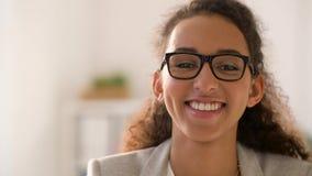 Πρόσωπο της χαμογελώντας γυναίκας αφροαμερικάνων στα γυαλιά απόθεμα βίντεο