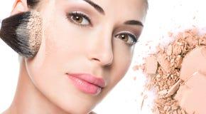 Πρόσωπο της όμορφης γυναίκας με τη σκόνη στο δέρμα στοκ φωτογραφίες με δικαίωμα ελεύθερης χρήσης