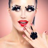 Πρόσωπο της όμορφης γυναίκας μόδας με τα κόκκινα προκλητικά χείλια Στοκ Εικόνες