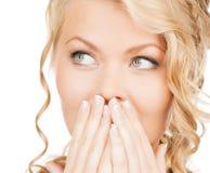 Πρόσωπο της όμορφης γυναίκας που καλύπτει το στόμα της Στοκ Φωτογραφίες