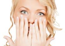 Πρόσωπο της όμορφης γυναίκας που καλύπτει το στόμα της Στοκ Εικόνα