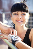 Πρόσωπο της όμορφης νέας γυναίκας στη μαύρη μπλούζα στοκ φωτογραφίες