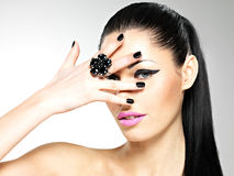 Πρόσωπο της όμορφης γυναίκας με τα μαύρα καρφιά και τα ρόδινα χείλια Στοκ φωτογραφίες με δικαίωμα ελεύθερης χρήσης