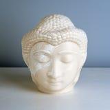 Πρόσωπο του Βούδα Άγαλμα του Βούδα φιαγμένο από άσπρο μάρμαρο Έννοια της ειρήνης, της ηρεμίας και της ηρεμίας Βουδιστικό χειροποί Στοκ Εικόνες