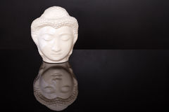 Πρόσωπο του Βούδα Άγαλμα του Βούδα φιαγμένο από άσπρο μάρμαρο στο μαύρο υπόβαθρο με την αντανάκλαση Έννοια της ειρήνης, ηρεμία κα Στοκ Εικόνες