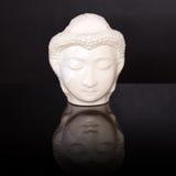 Πρόσωπο του Βούδα Άγαλμα του Βούδα φιαγμένο από άσπρο μάρμαρο στο μαύρο υπόβαθρο με την αντανάκλαση Έννοια της ειρήνης, ηρεμία κα Στοκ Φωτογραφίες