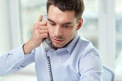 Πρόσωπο του επιχειρηματία που καλεί το τηλέφωνο στην αρχή Στοκ Εικόνες