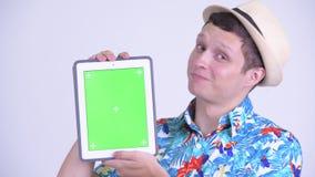 Πρόσωπο του ευτυχούς νέου όμορφου ατόμου τουριστών που παρουσιάζει ψηφιακή ταμπλέτα φιλμ μικρού μήκους