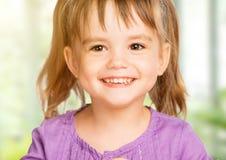 Πρόσωπο του ευτυχούς παιδιού μικρών κοριτσιών στοκ εικόνα