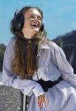 Πρόσωπο του κοριτσιού με τα ακουστικά Στοκ φωτογραφία με δικαίωμα ελεύθερης χρήσης