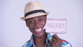 Πρόσωπο του νέου ευτυχούς αφρικανικού ατόμου τουριστών που χαμογελά με το σημάδι εγγράφου selfie φιλμ μικρού μήκους
