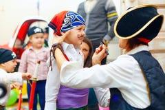 Πρόσωπο του παιδιού ζωγραφικής γυναικών στο κόμμα Στοκ φωτογραφία με δικαίωμα ελεύθερης χρήσης