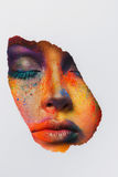Πρόσωπο του προτύπου με τη ζωηρόχρωμη σύνθεση τέχνης, κινηματογράφηση σε πρώτο πλάνο στοκ εικόνες