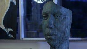 Πρόσωπο του σύγχρονου γλυπτού ατόμων φορητού απόθεμα βίντεο