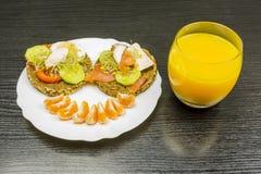 Πρόσωπο χαμόγελου με τα τρόφιμα στο πιάτο Στοκ Φωτογραφίες