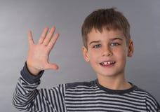 Χαριτωμένος schoolboy που κυματίζει το χέρι του Στοκ Φωτογραφίες