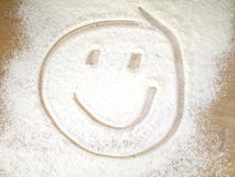 Πρόσωπο χαμόγελου στο ψεκασμένο αλεύρι Στοκ εικόνα με δικαίωμα ελεύθερης χρήσης