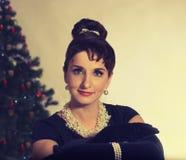 Πρόσωπο Brunette στο υπόβαθρο του χριστουγεννιάτικου δέντρου στοκ εικόνες με δικαίωμα ελεύθερης χρήσης