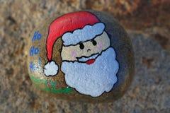 Πρόσωπο Santa που χρωματίζεται σε έναν μικρό βράχο Στοκ Εικόνα
