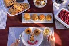 Πρόσωπο Smiley που γίνεται από τις τηγανίτες και τα μούρα στοκ φωτογραφία