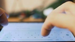 Πρόσωπο Texting σε μια συσκευή smartphone απόθεμα βίντεο