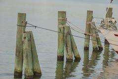 Πρόσδεση βαρκών σε μια σειρά θαλασσίως στοκ εικόνα με δικαίωμα ελεύθερης χρήσης
