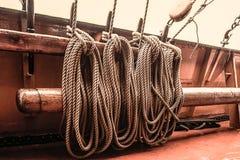 Πρόσδεση σε ένα πλέοντας σκάφος στοκ φωτογραφίες με δικαίωμα ελεύθερης χρήσης