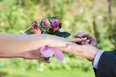 Πρόταση, άτομο που δίνει ένα δαχτυλίδι Στοκ Εικόνα