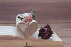 Πρόταση γάμου, έννοια αγάπης με ροδαλό και δαχτυλίδι, ρόδινοι τόνοι Στοκ εικόνες με δικαίωμα ελεύθερης χρήσης