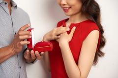 Πρόταση γάμου στη φίλη Στοκ φωτογραφία με δικαίωμα ελεύθερης χρήσης
