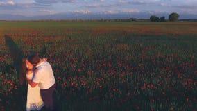 Πρόταση γάμου στον τομέα των λουλουδιών στην ημέρα των ευτυχών γυναικών απόθεμα βίντεο