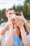 Πρόταση γάμου σχετικά με το ηλιοβασίλεμα ο νεαρός άνδρας κάνει μια πρόταση του αρραβώνα στη φίλη του στην παραλία Στοκ φωτογραφία με δικαίωμα ελεύθερης χρήσης